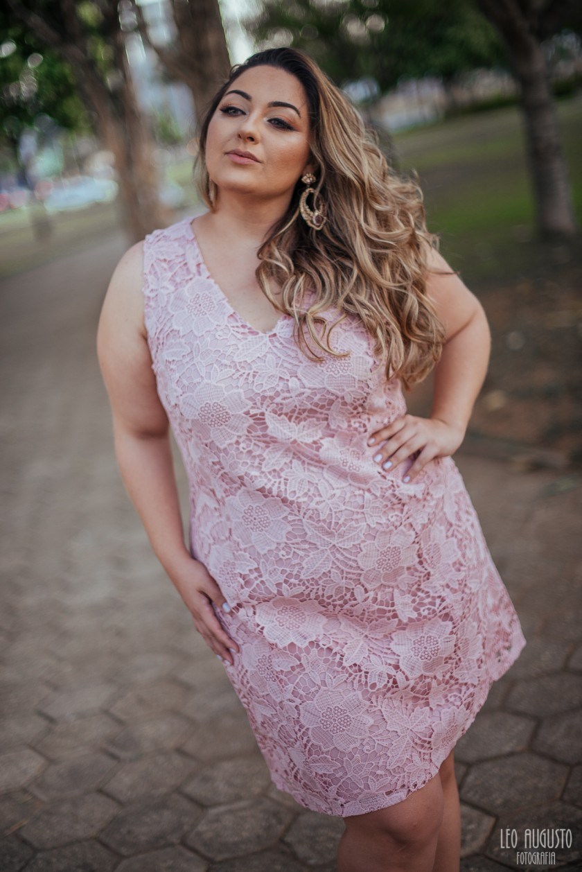 vestido-de-renda-melinos-plus-size-rosa-quartz-12