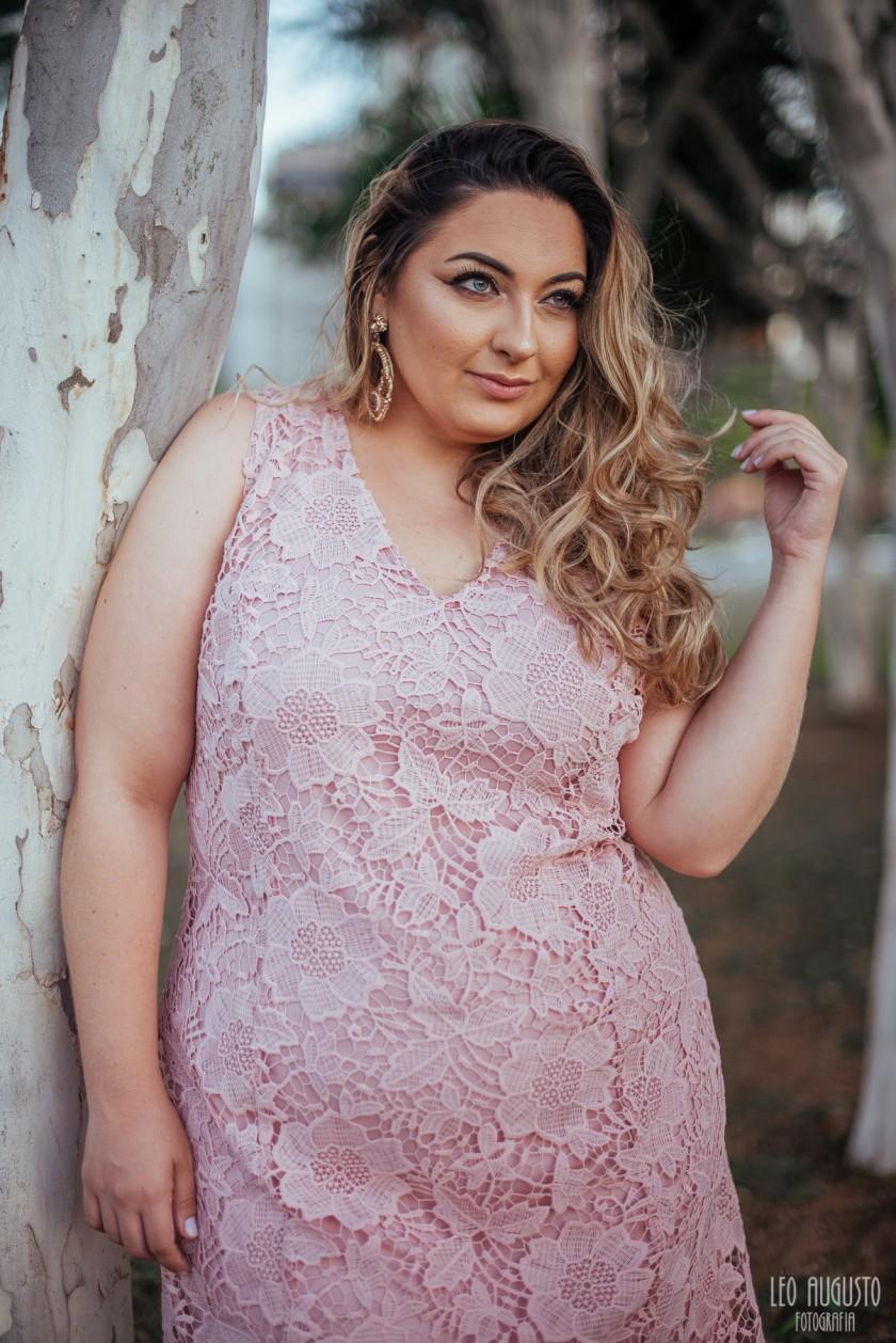 vestido-de-renda-melinos-plus-size-rosa-quartz-15